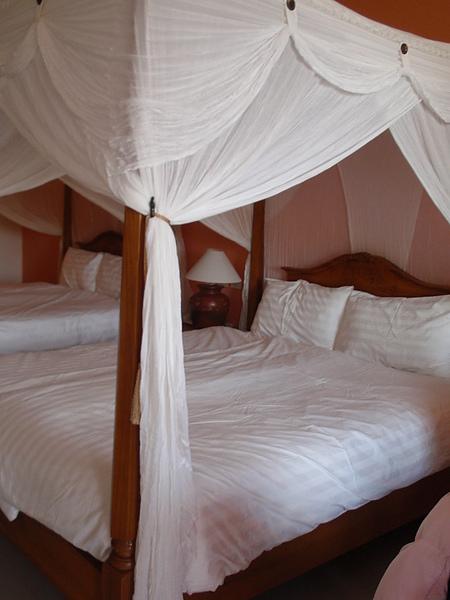 八村 Villa 館觀景四人房的二張大床,很有峇里島的感覺。