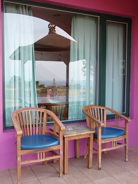 八村 Villa 館觀景四人房外面的兩張聊天椅