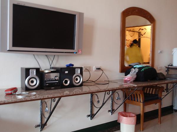 八村 Villa 館觀景四人房的液晶大電視