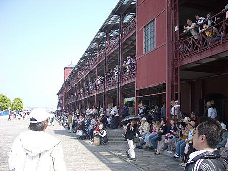 赤瓦倉庫擠滿人