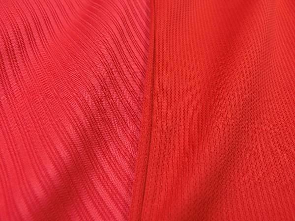 色差,實戰球衣鮮紅色,球迷版顏色淺了些