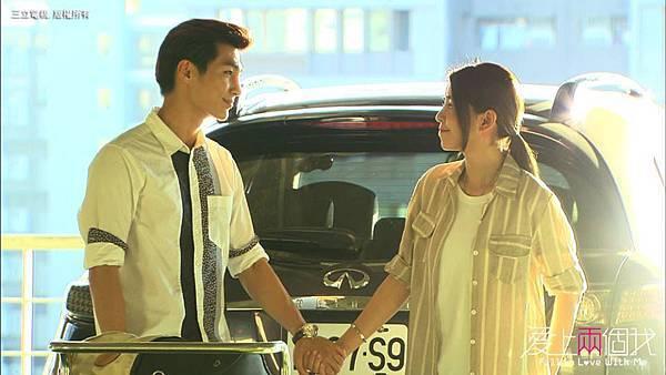 兩人手牽著手互相微笑著的感覺真不賴