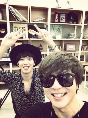 「音樂中心」鄭容和-尹道賢,同台紀念照 「真的很帥鄭容和」