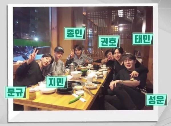 「泰民LINE」包括(左起)HOTSHOT文奎、防彈少年團的JIMIN、EXO的KAI、SHINee泰民、圈外好友權浩以及WANNA ONE河成雲等成員。