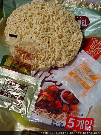 韓國炸醬泡麵內容物