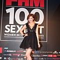 FHM百大性感女神安心亞一襲黑色深V禮服 擺出性感姿勢.jpg