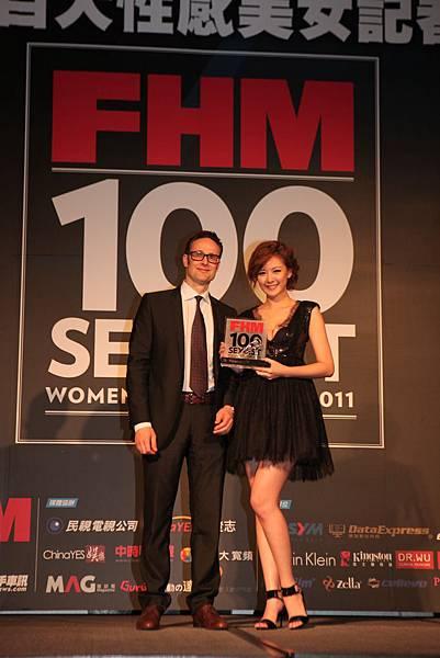 左_FHM社長暨總編輯Corrado頒發第一名獎座給安心亞.jpg