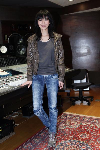 孫燕姿在錄音室照片.JPG