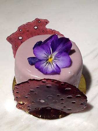 小步舞曲薰衣草 Mascarpone 慕斯、杏桃凍、裝飾糖片、紫羅蘭糖花