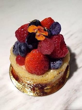 感官花園 燒焦糖 Joconde 蛋糕圍邊、紫羅蘭慕斯、黑醋栗果漿、繽紛莓果