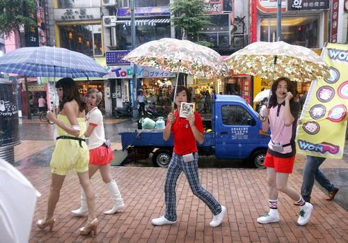 08/31 一行人雨中宣傳自己新專輯.jpg