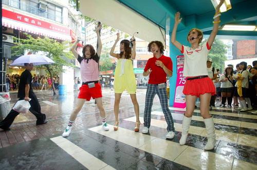 08/31 四人跳滑稽舞給圍觀群眾看.jpg