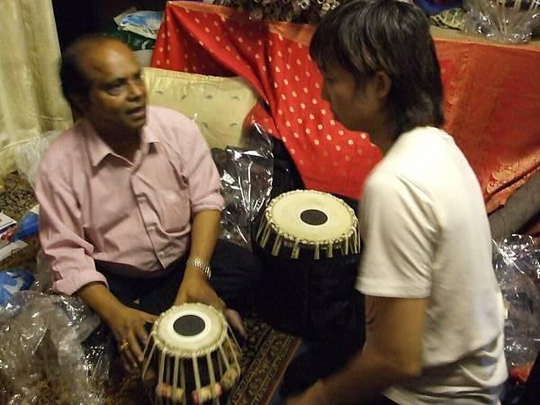 然後肚皮也買了一套印度鼓以方便和小民合體