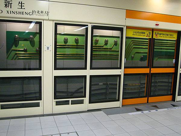 與高雄捷運站一樣都是使用雙門