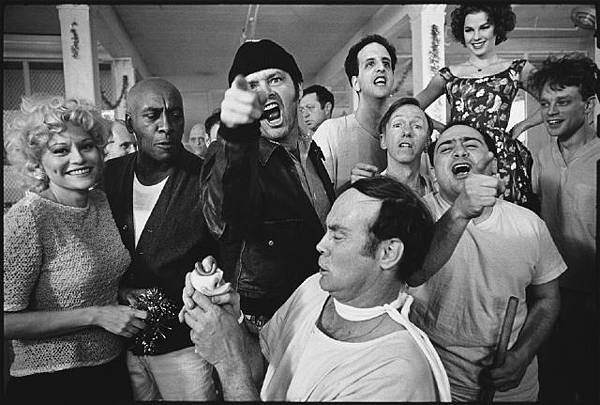 mary-ellen-mark-cast-of-one-flew-over-the-cuckoos-nest-posing-for-their-photograph-on-location-at-the-oregon-state-hospital-salem-oregon-mary-ellen-mark-1974