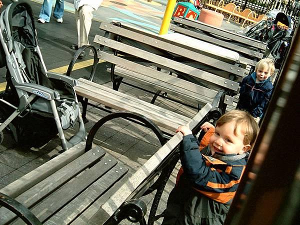 在公園遊樂區裡的小孩