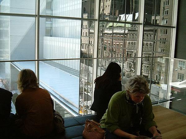 MoMA裡的參觀者