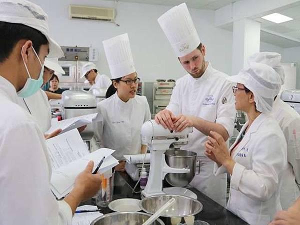首度外派師資授課  弘光與法國烘焙廚藝學院技術交流(新聞分享)
