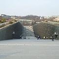 這設計很有趣,設計個凹型建築,有圖書館等