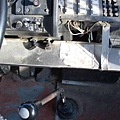 從這個角度可以看到熄火拉桿,它右邊的是調怠速的。鐵蓋下為鏈條可帶動副駕方向盤
