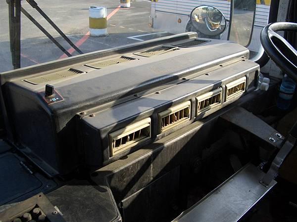 裝在副駕座位前面,好大的一台冷氣