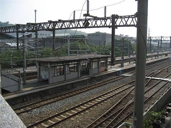 站在天橋上照鐵軌