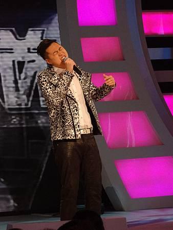 「驅鬼大師」何大為,遇上踢館魔王葉秉桓指定PK,演唱《小鎮姑娘》背水一戰