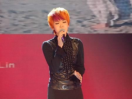 賴淞鳳投入的演唱《PS我愛你》讓現場觀眾屏氣凝神的聆聽