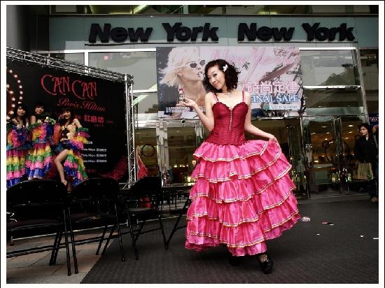 香娜為Paris Hilton CanCan 紅磨坊香水站台