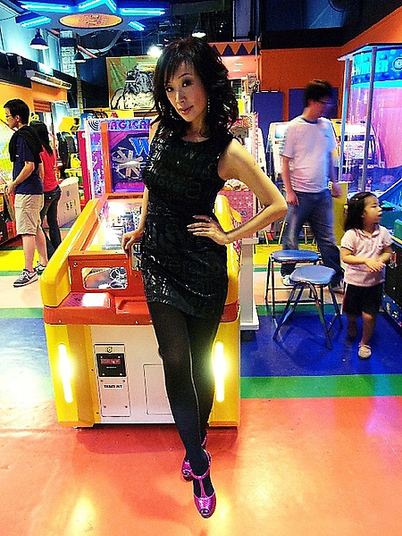 穿著FENDI鞋和Moschino黑色字母小洋裝