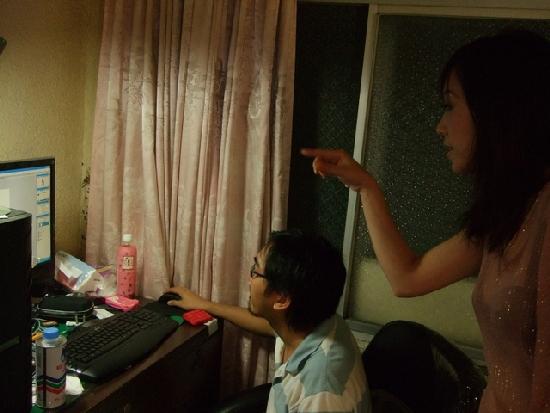 可愛古意的Gico正在和Shenna檢查剛拍完的作品~
