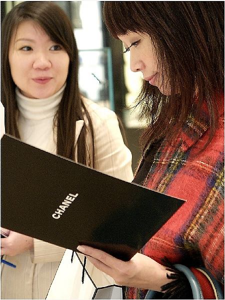 Chanel的可愛公關Vivian正為Shenna介紹這支Beige香水