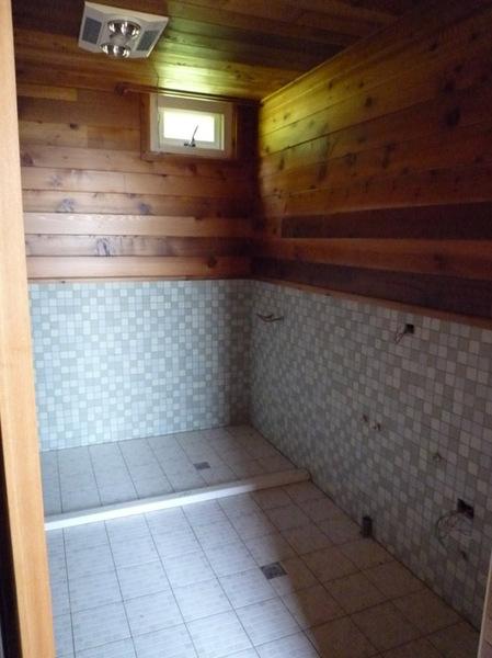 內部裝潢-廁所已貼磁磚.jpg