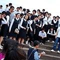 在一旁等著照相的學生們