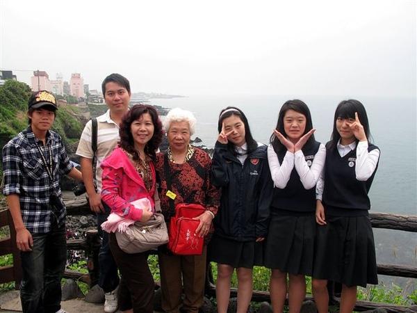 阿嬤也想和韓國妹妹照相