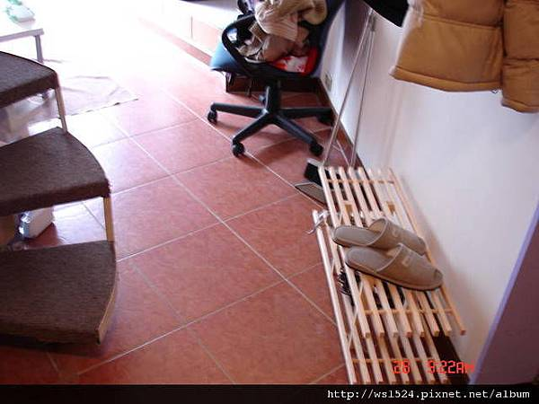 1098973413-紅色瓷磚地板+自行組裝的鞋架.jpg