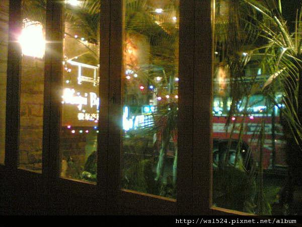 1843817458-坐在靠窗位置, 可以看見店招牌&以植物來展現的異國風_jpg