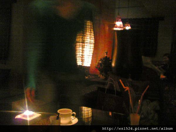 1843817480-店內一角4 -- 隔壁桌正在慶生, 大唱生日快樂歌&喧鬧_j