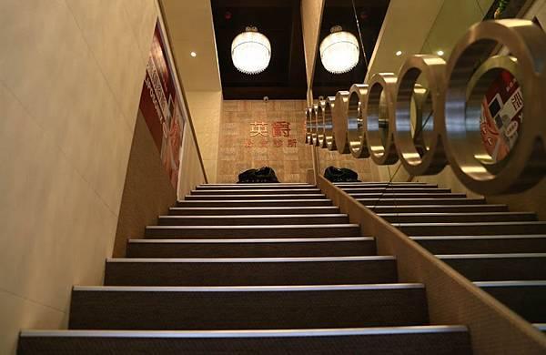 上二樓樓梯景