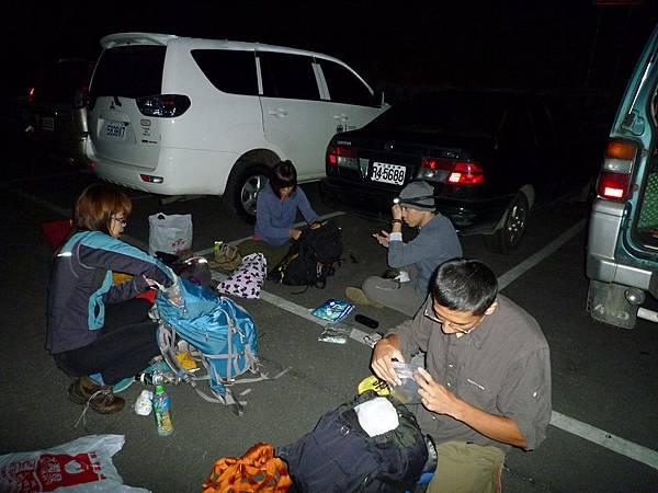 在武陵山莊停車場打包調整裝備