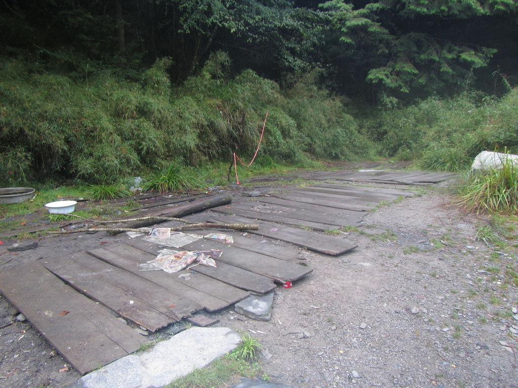 合歡金礦山屋舊址剩地板