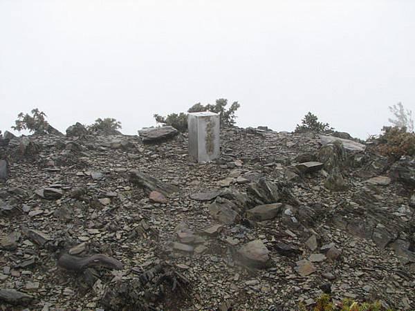 馬路巴拉讓山3255m,不銹鋼基點。今天下點雨,沒拍什麼照片