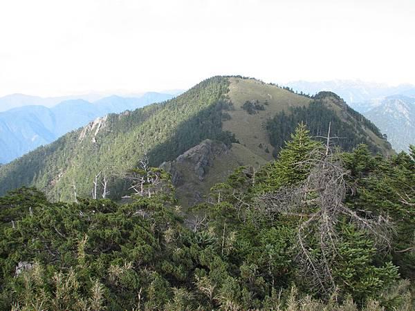 對面的頭鷹山