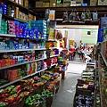 獨立廣場後方的雜貨店,最好在此補給好上山所有的乾糧、飲料