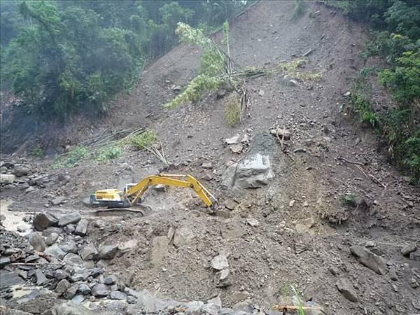 四台挖土機搶修中
