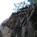 林道岩壁上的舊電線杆