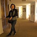 DSC00398長廊佈置著許多藝術及手工藝品及相片.JPG