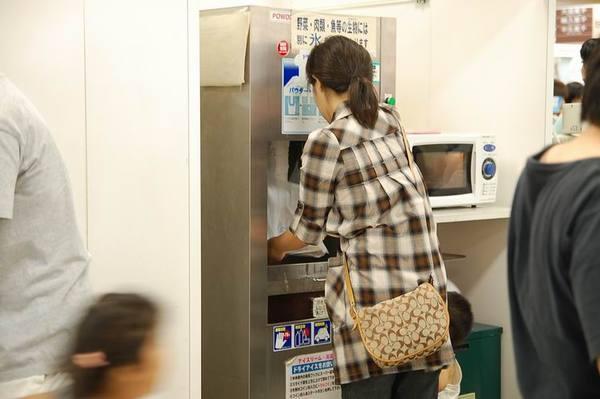日本超市很貼心的設備.JPG