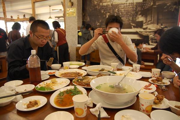 10-滷豬腳餐.JPG