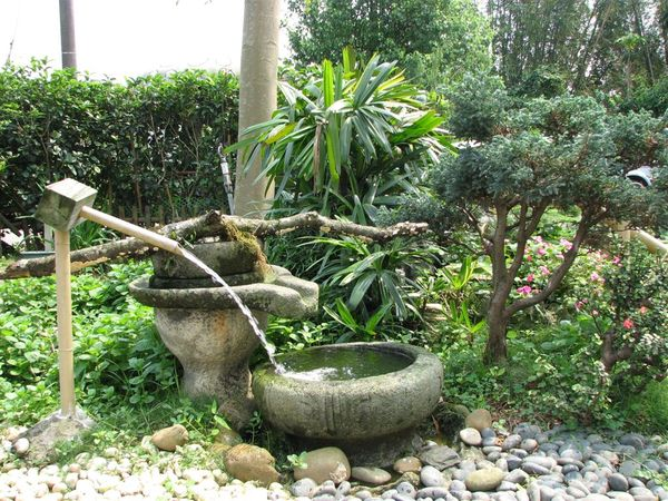 庭院中 會流水的石磨